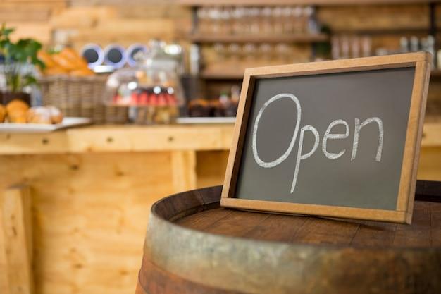 コーヒーショップで開いている看板のクローズアップ