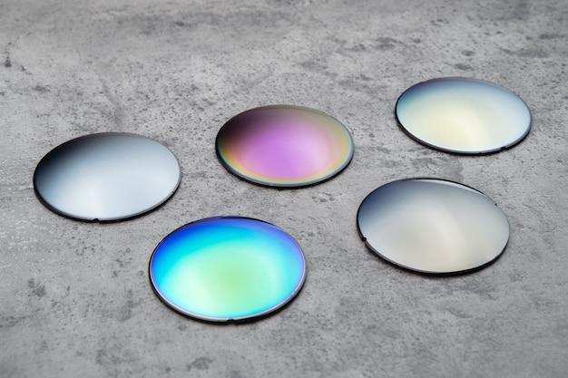 異なる色のサングラス用の光学レンズのクローズアップ。