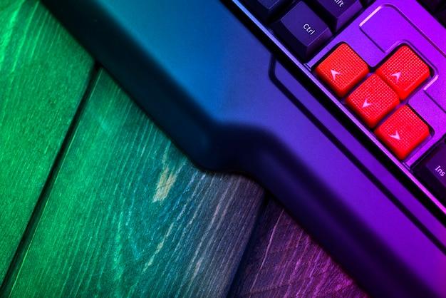 검은색 키보드의 주황색 화살표 키 클로즈업, 게임용 컴퓨터 키보드의 위, 아래, 왼쪽, 오른쪽 버튼.