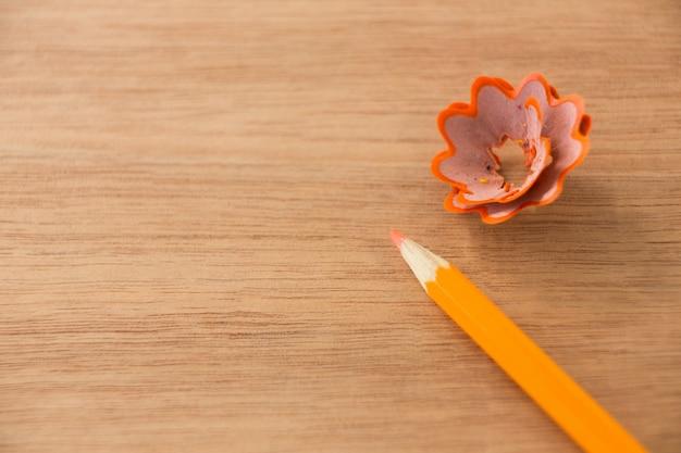 鉛筆シェービングとオレンジ色の鉛筆のクローズアップ