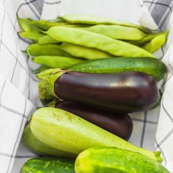 Крупный план органических овощей на салфетке