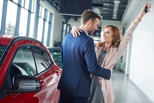 Крупным планом владельцев новой машины