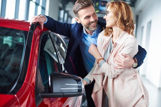 新車の所有者のクローズアップ
