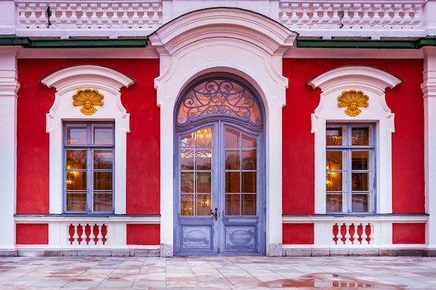 궁전 입구의 클로즈업입니다. kadriorg 궁전 입구. 탈린, 에스토니아.