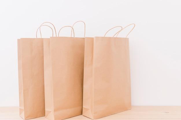 나무 책상에 종이 쇼핑백의 클로즈업