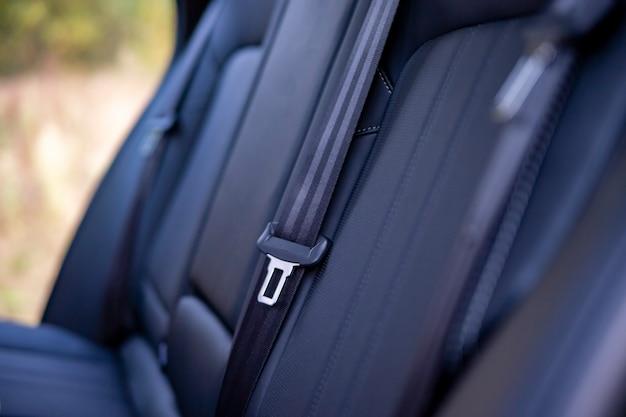 車の運転の概念における現代の自動車安全の後部座席の助手席シートベルトのクローズアップ。無人。空のインテリア