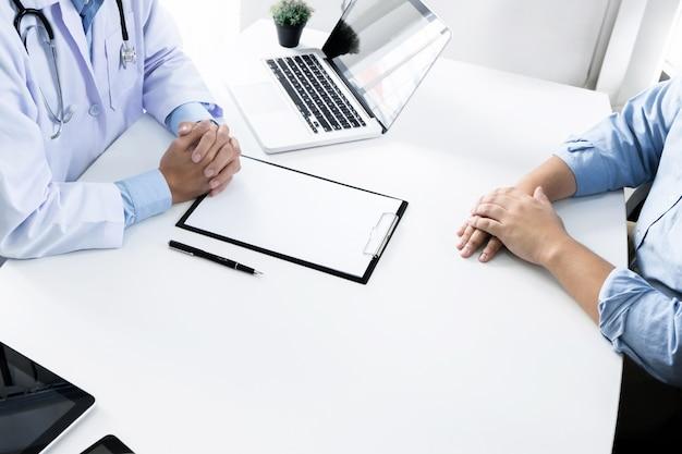 환자와 컨설턴트의 클로즈업 병원이나 클리닉에서 조언을 제공