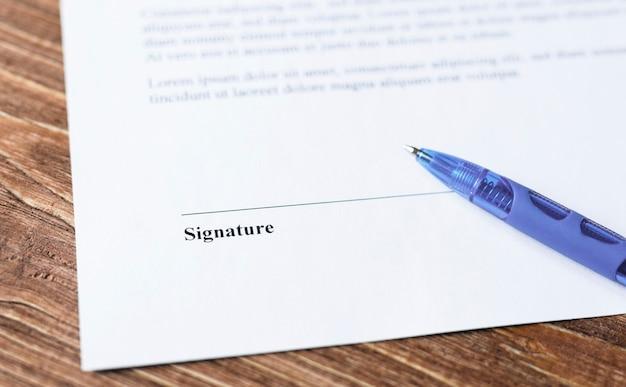 Крупным планом ручка, лежащая на контракте или бланке заявки на подпись