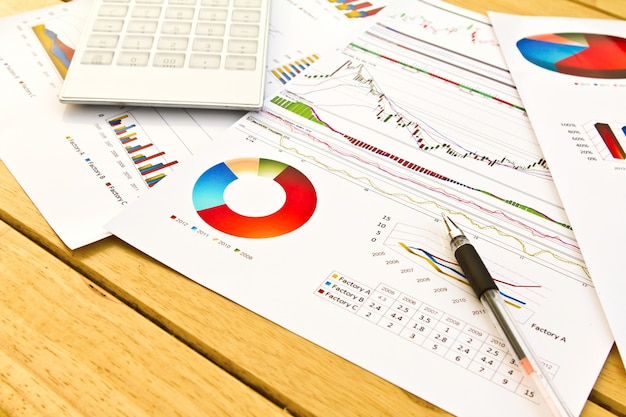 Крупным планом пера на финансовых документов