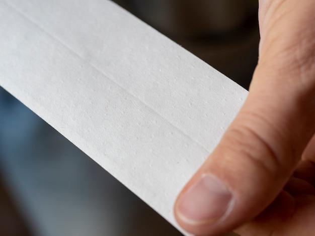 클로즈업 - 건식 벽체에서 솔기를 밀봉하기 위한 천공된 종이 테이프의 클로즈업. 선택적 초점