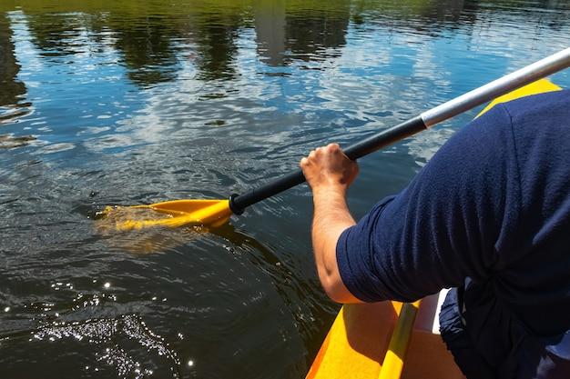 화창한 날 강에서 카누를 타는 사람의 클로즈업