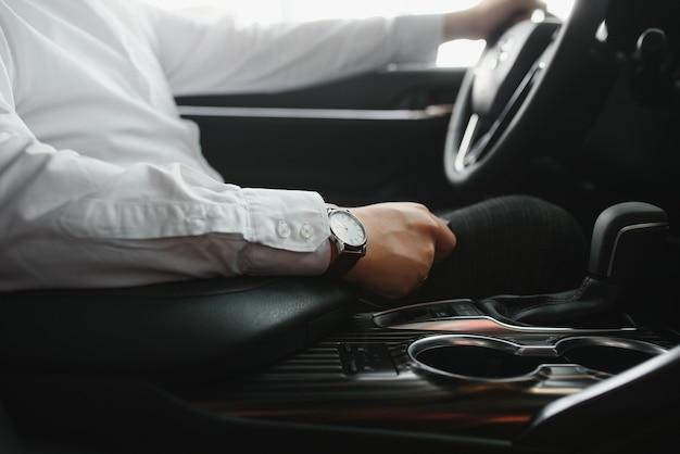 자동차를 운전하는 동안 기어를 변경하는 사람의 손 클로즈업