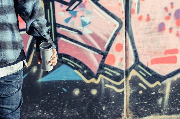 Крупный план руки человека с аэрозольной бутылкой