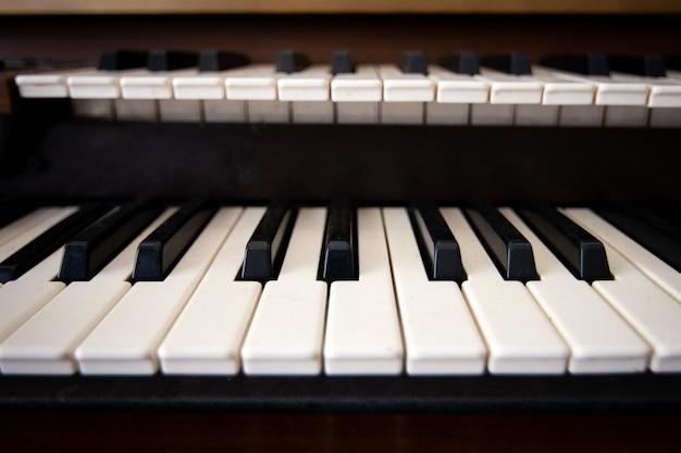 피아노 키보드 전면 보기를 닫습니다.