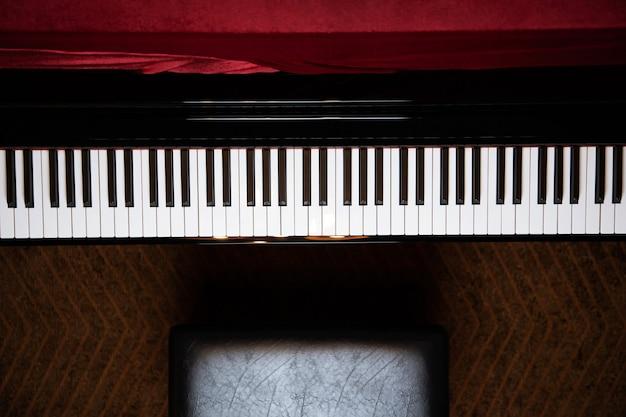 Крупным планом фортепианной клавиатуры с выборочным фокусом