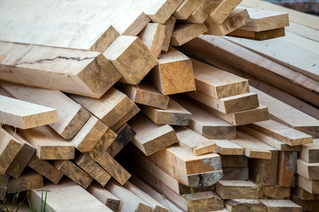 Крупный план грубой стопки натуральных коричневых неровных грубых деревянных досок, освещенных ярким солнцем. промышленная древесина для столярных работ, строительства, ремонта и мебели, пиломатериал для строительства.