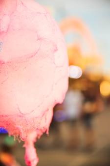 Крупный план розовой конфеты нить