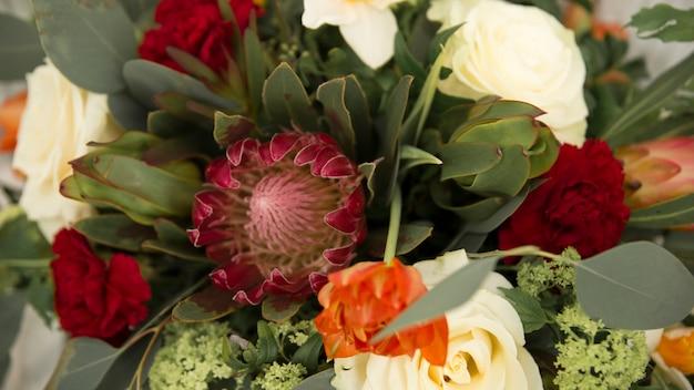 꽃다발에 분홍색 거 베라와 장미 꽃의 근접 촬영