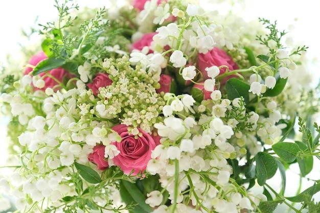 핑크 장미 꽃과 방울과 흰색 은방울꽃의 근접 촬영