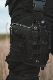 Крупным планом пистолет в надутой кобуре