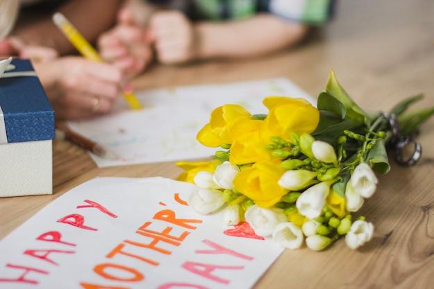 Крупный план плакат на день матери и цветы