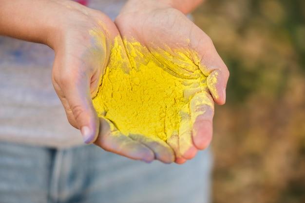 黄色の色合いの力のクローズアップ