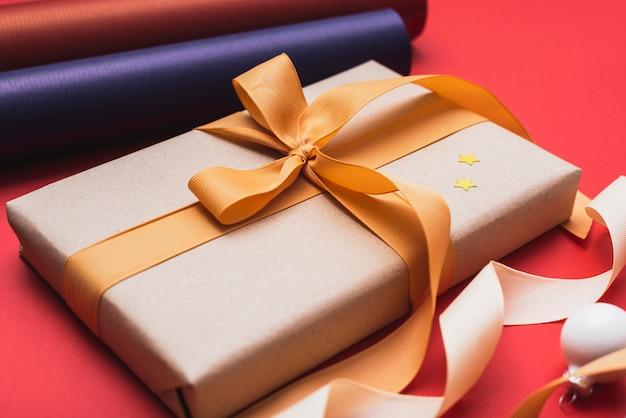 Крупный план подарка, завернутый в ленту