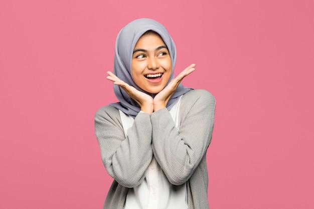 幸せな表情でかなり若いアジアの女性のクローズアップ