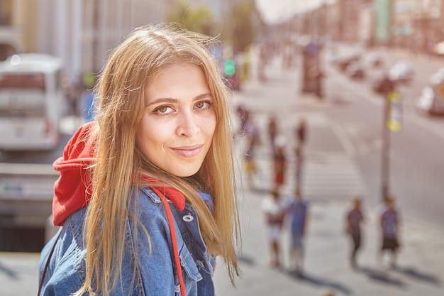 유럽 도시의 중심에서 그녀의 20 대 예쁜 젊은 여자의 클로즈업.