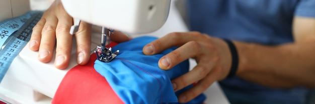 Крупным планом профессионального работника ателье, использующего швейную машину