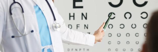 患者の視力をチェックする専門の眼科医のクローズアップ