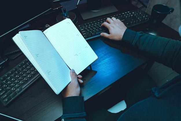Крупный план программиста рук хакера, набирающего код