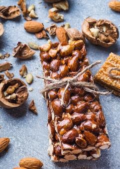 Крупный план белков сушеный фруктовый бар, связанный струной с ингредиентами