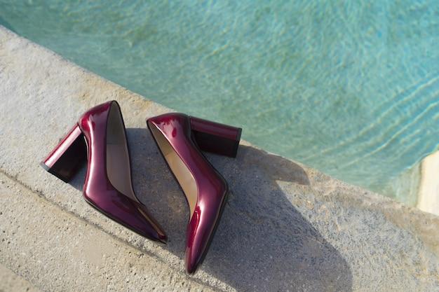 보라색 하이힐의 닫습니다. 도시에 여자 신발