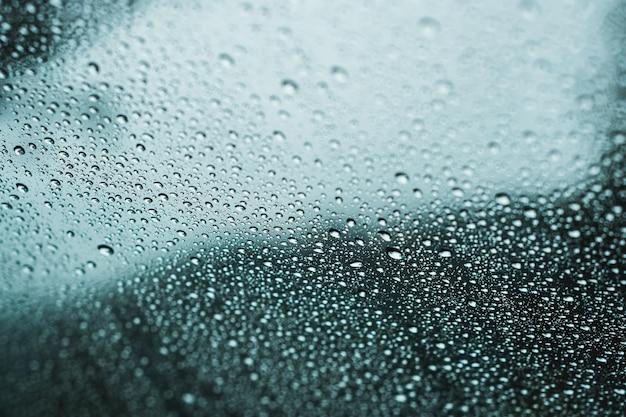 ウィンドウ上の雨のしずくのクローズアップ