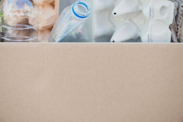 골 판지 상자에 재활용 품목의 클로즈업