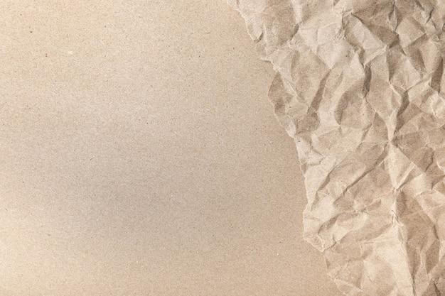 Крупный план переработанных коричневых морщин, скомканных старых с текстурой страницы бумаги