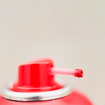 빨간 에어로졸 캔의 노즐의 클로즈업