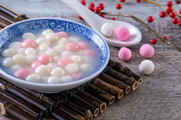 파란색 그릇에 빨간색과 흰색 탕 위안 (탕 위안, 찹쌀 만두 공)의 닫습니다. 동지 축제 음식.