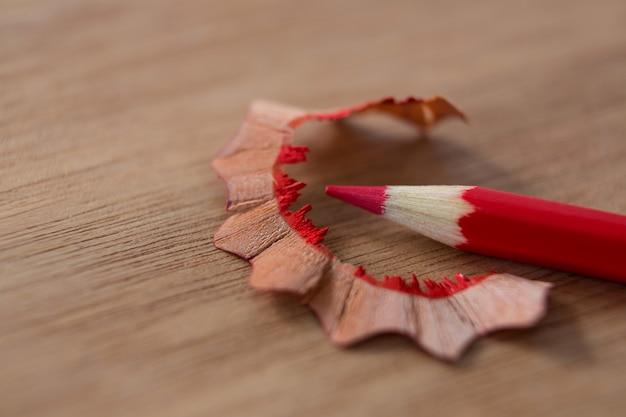鉛筆削りで赤い色鉛筆のクローズアップ