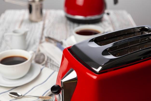 キッチンテーブルの上の赤いキッチン.appliancesのクローズアップ