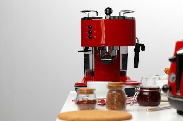 赤いキッチンのクローズアップ。キッチンテーブルの上の電化製品