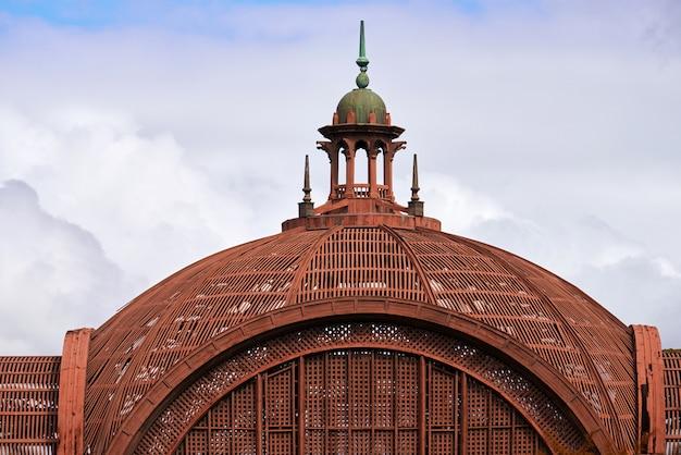 Закройте красный купол крыши здания