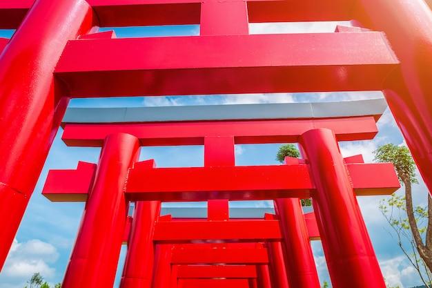 Крупный план ворот красного тории в земле хиноки (bann mai hom hinoki) представляет собой современную архитектуру японии. это новая туристическая достопримечательность в районе чайпракарн, провинция чианг май, таиланд,