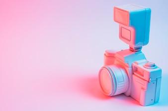 ピンクの背景上のレンズとレトロなビンテージカメラのクローズアップ