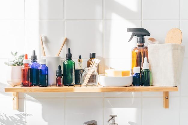 竹の棚に再利用可能な化粧品ボトルのクローズアップ