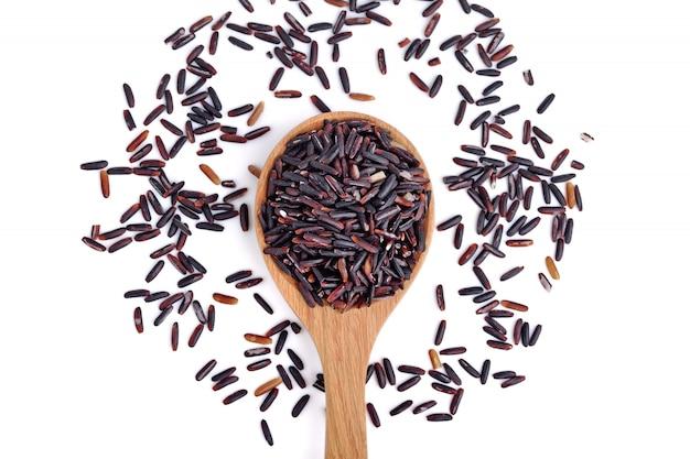 나무로되는 숟가락에 riceberry 쌀의 클로즈업