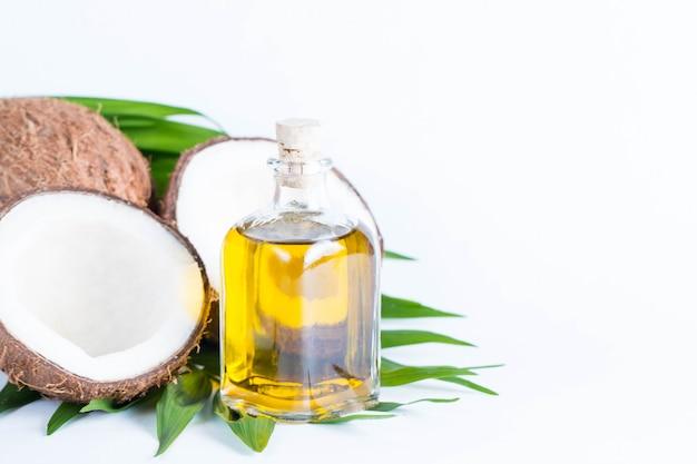 熟したおいしいココナッツとココナッツオイルのクローズアップ