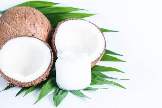 잘 익은 맛 코코넛과 코코넛 오일의 근접 촬영