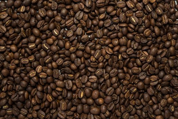 Закройте фоне жареных кофейных зерен